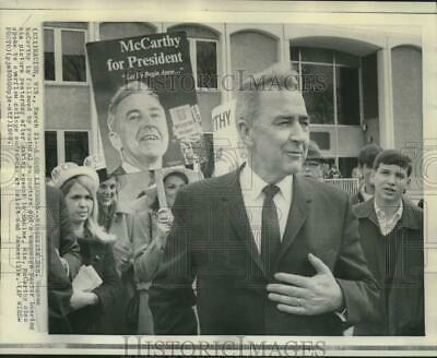 1968 Press Photo Senator McCarthy with supporters carrying signs in Racine, WI