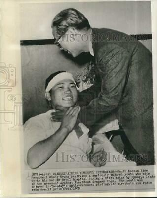 1960 Press Photo South Korean Vice President restrains wounded youth in hospital