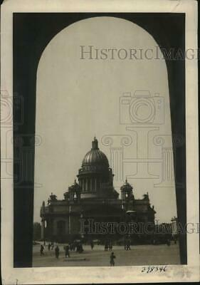 1937 Press Photo view of  St. Isaac's Cathedral from under Uritzky Gate, Russia