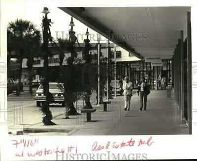 1987 Press Photo Shoppers outside Westside Centers Shopping Center in Louisiana