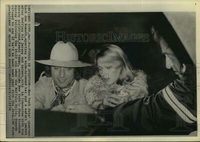 1974 Press Photo Jets' Joe Namath and Randi Oakes in limousine in New York.