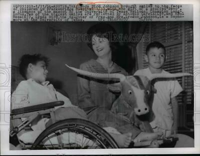 1964 Press Photo Lady Bird Johnson brings smiles to children at hospital