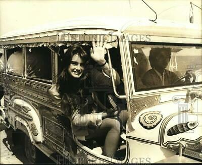 1981 Press Photo Brooke Shields Riding in Jeepney in Philippines - nop85298
