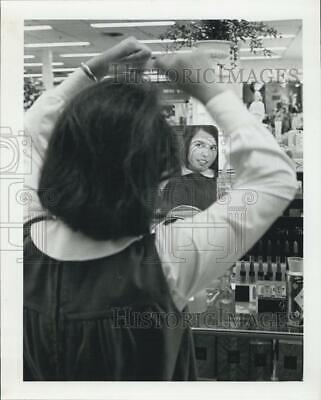 1964 Press Photo Nelly Kettner At Cosmetics Counter - RSG69013
