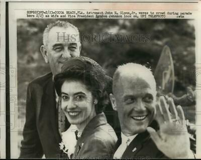 1962 Press Photo Astronaut John Glenn and others wave in parade, Florida