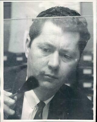 1967 Press Photo NYC Detective Vincent Scalise Lifting Prints - ner18521