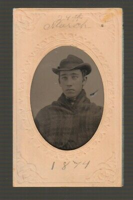 [71717] 1874 TINTYPE REAL PHOTO YOUNG MAN in PAPER FRAME