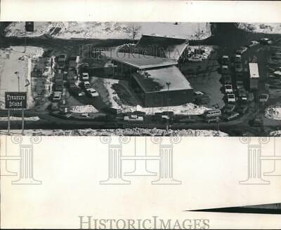 1974 Press Photo Gas lines at the Treasure Island store in Brookfield, Wisconsin