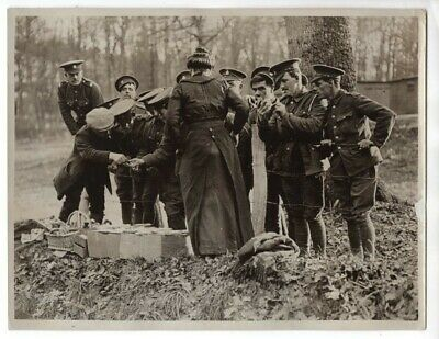 WWI British Soldiers Buy Christmas Cards From French Woman Original News Photo