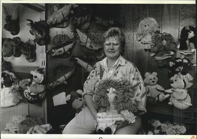 1989 Press Photo Janette Van Riper, owner of What A Doll Factory w/ her products
