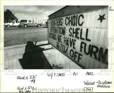 1993 Press Photo LaPlace-Rent to own furniture sign for Shell Norco, victims