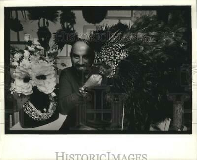 1985 Press Photo Man Holds Detailed Peacock Mask, Mardi Gras, New Orleans