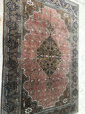 A SENSATIONAL OLD HANDMADE TRADITIONAL ORIENTAL SILK RUG (212 x 142 cm)