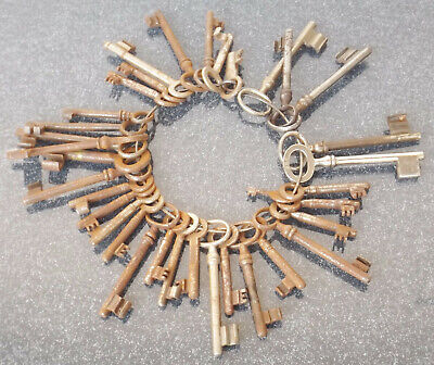 35 Old Various Key At Ring - Collector/Restaurationsobjekte