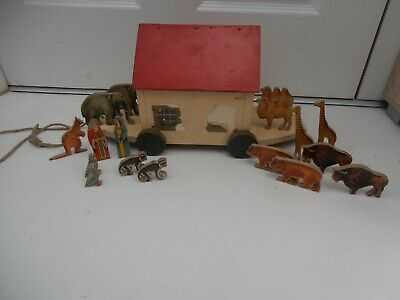 VINTAGE 1950s WOODEN NOAHS ARK & 17 LITHOGRAPH WOODEN ANIMALS & FIGURES