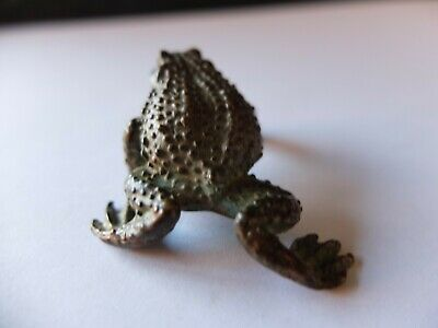 A miniature Chinese bronze figure of a frog.