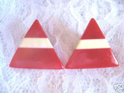 VINTAGE RED & WHITE TRIANGLE PLASTIC EARRINGS *PIERCED*